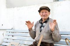 Uomo anziano sul banco Immagini Stock