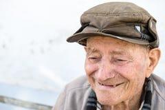 Uomo anziano sul banco Fotografie Stock Libere da Diritti