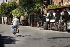 Uomo anziano sulla bicicletta fotografie stock