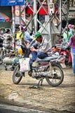 Uomo anziano vietnamita che si siede su un motorino Fotografia Stock