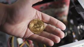 Uomo aperto e mano vicina con bitcoin video d archivio