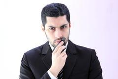 Uomo arabo arrabbiato di affari con la pistola fotografie stock libere da diritti