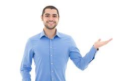 Uomo arabo bello di affari in camicia blu che indica a qualcosa Fotografia Stock Libera da Diritti