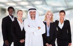 Uomo arabo che sta con le persone di affari Fotografia Stock Libera da Diritti