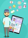 Uomo arabo con il computer della compressa Immagine Stock