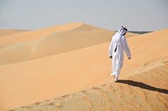 Uomo arabo in deserto Fotografia Stock Libera da Diritti