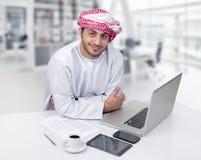 Uomo arabo di affari che mangia caffè nel suo ufficio Fotografia Stock Libera da Diritti