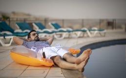 Uomo arabo invecchiato mezzo da uno stagno fotografie stock