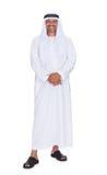 Uomo arabo sorridente che controlla fondo bianco Fotografia Stock Libera da Diritti