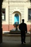 Uomo in archway Fotografia Stock Libera da Diritti