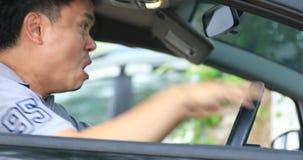 Uomo arrabbiato in automobile archivi video