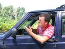 Uomo arrabbiato in automobile fotografie stock
