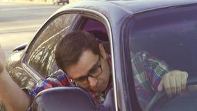 Uomo arrabbiato che determina collera della strada dell'automobile, vetri d'uso dell'autista video d archivio
