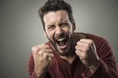 Uomo arrabbiato che grida alto fuori Fotografia Stock