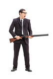 Uomo arrabbiato che tiene un fucile e gridare immagine stock