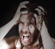 Uomo arrabbiato che tira capelli fotografie stock libere da diritti