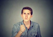 Uomo arrabbiato con il pugno su fotografia stock libera da diritti