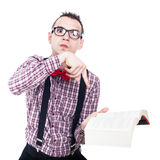 Uomo arrabbiato del nerd con il libro Immagini Stock Libere da Diritti