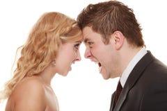 Uomo arrabbiato della donna che urla ad a vicenda Sposo della sposa di furia Fotografia Stock