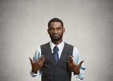 Uomo arrabbiato di affari gli che chiede che parlate con me? Confronto Fotografia Stock Libera da Diritti