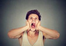 Uomo arrabbiato frustrato che grida fotografia stock libera da diritti