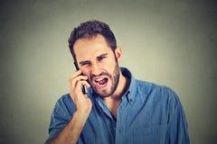 Uomo arrabbiato, lavoratore pazzo, impiegato scocciato che grida mentre sul telefono fotografie stock