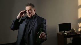 Uomo arrabbiato sobrio che parla sul telefono Uomo d'affari ubriaco archivi video