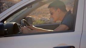 Uomo arrabbiato in un'automobile archivi video