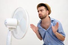 Uomo arrossito che ritiene caldo Immagine Stock Libera da Diritti