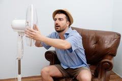 Uomo arrossito che ritiene caldo Fotografia Stock