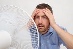 Uomo arrossito che ritiene caldo Fotografia Stock Libera da Diritti