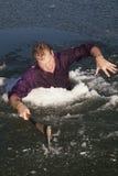 Uomo in ascia del foro del ghiaccio intensa Fotografia Stock Libera da Diritti