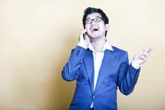 Uomo asiatico alla moda sul telefono Fotografia Stock Libera da Diritti