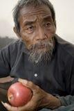 Uomo asiatico anziano con la mela Immagini Stock Libere da Diritti