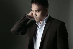 Uomo asiatico bello che indossa un vestito immagine stock libera da diritti
