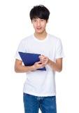 Uomo asiatico in casuale con la lavagna per appunti Immagine Stock Libera da Diritti