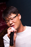Uomo asiatico che canta Fotografia Stock