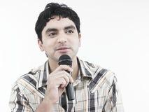 Uomo asiatico che canta una canzone Fotografie Stock