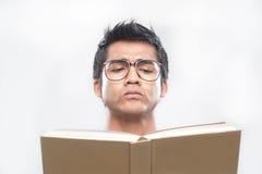 Uomo asiatico che legge un libro Fotografie Stock Libere da Diritti