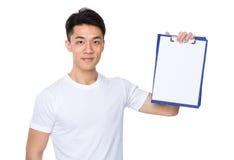 Uomo asiatico che mostra con la pagina in bianco della lavagna per appunti Fotografie Stock
