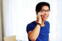 Uomo asiatico che parla sul telefono Fotografia Stock Libera da Diritti