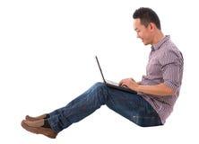 Uomo asiatico che per mezzo del computer portatile Fotografia Stock Libera da Diritti