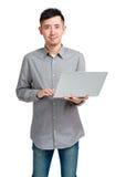 Uomo asiatico che per mezzo del computer portatile Immagine Stock Libera da Diritti