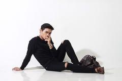 Uomo asiatico che posa con la borsa di cuoio Fotografia Stock Libera da Diritti