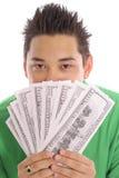 Uomo asiatico che si nasconde dietro i soldi Fotografie Stock