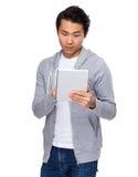 Uomo asiatico che sta con il computer della compressa Immagini Stock Libere da Diritti