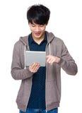 Uomo asiatico che sta con il computer della compressa Immagini Stock