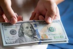 Uomo asiatico che tiene cento banconote in dollari Concetto di ricchezza e ricco immagini stock libere da diritti