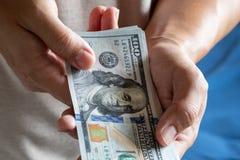 Uomo asiatico che tiene cento banconote in dollari Concetto di ricchezza e ricco immagine stock libera da diritti