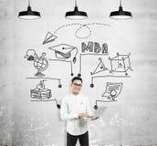 Uomo asiatico con il computer portatile e lo schizzo di MBA Immagine Stock